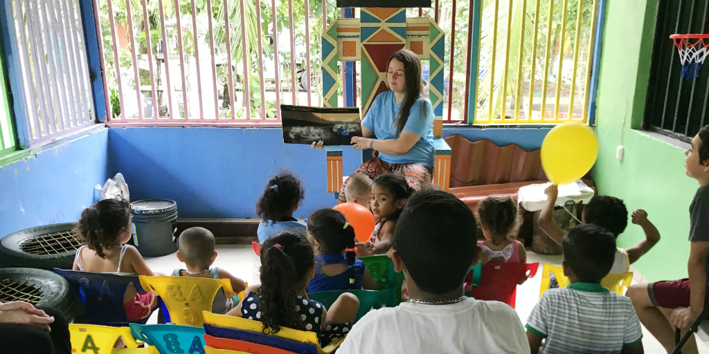 GVI participant volunteering in Costa Rica by teaching kids