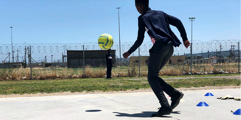 Volunteer with children on a sports program in Cape Town.